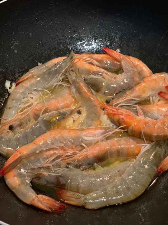 Hello again! How about some sweet chili shrimps for lunch?🦐🦐🦐 🌶🌶🌶It's a very simple, quick and easy recipe you'll surely...